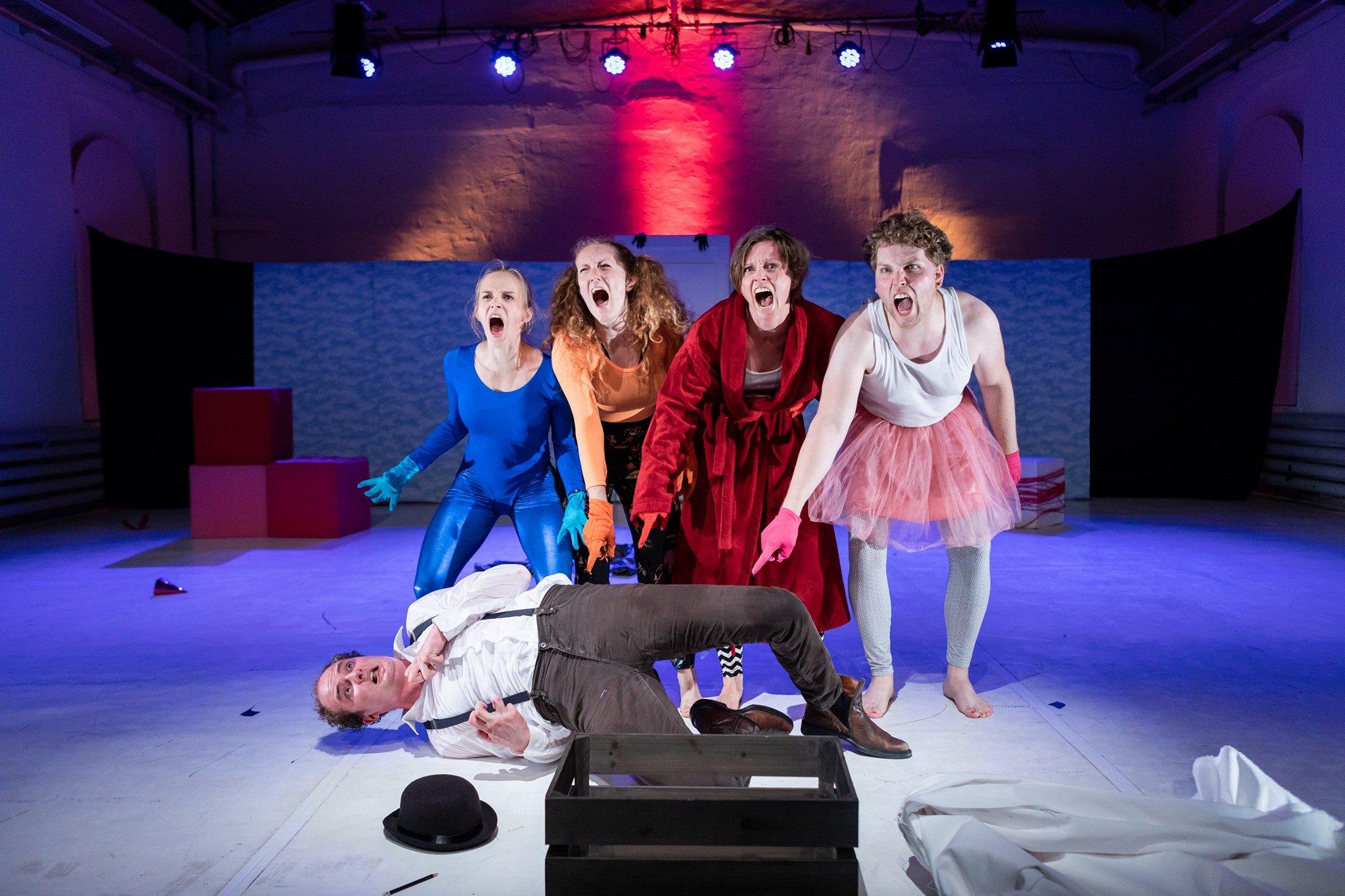 Szene aus DIE TRUPPE - Regieklasse 2018 im Orangerie Theater im Volksgarten